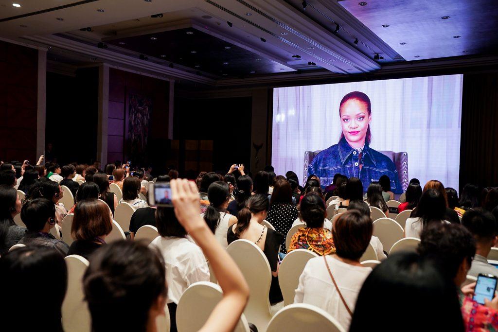 เฟนตี้ บิวตี้ ริฮานน่า (Fenty Beauty Rihanna) นักร้องป๊อปชื่อดัง ในที่ประชุมระดับโลกด้านผู้ประกอบการสตรีและผู้ประกอบการอาลีบาบา ในปี 2019 สนับสนุนให้ผู้หญิงทุกคนเชื่อมั่นในตัวเองและออกไล่ตามความฝัน