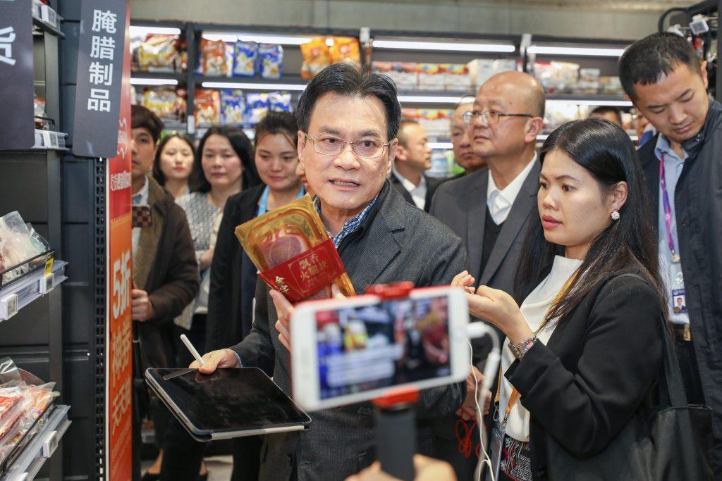 นายจุรินทร์เปิดช่วงสนทนาไลฟ์สตรีมเพื่อแนะนำสินค้าไทยในร้านค้าเฟรชชิปโปกับชาวไทย