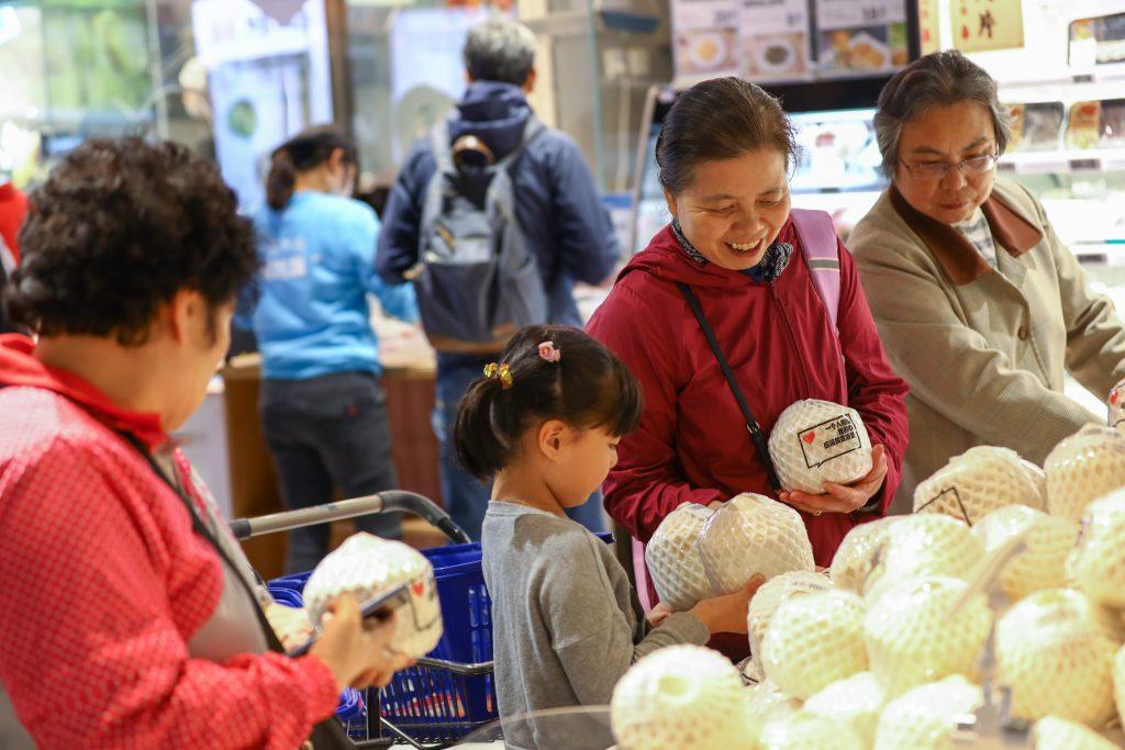 ผู้บริโภคเลือกซื้อมะพร้าวไทยที่ร้านค้าเฟรชชิปโป